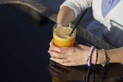 Zumo de naranja en las manos Fotografía de archivo libre de regalías