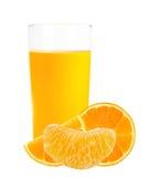 Zumo de naranja en las rebanadas de cristal y anaranjadas aisladas en blanco Foto de archivo libre de regalías
