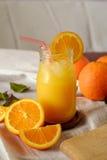 Zumo de naranja en un tarro Imagen de archivo libre de regalías