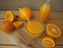 Zumo de naranja exprimido recientemente de naranjas de la granja Imágenes de archivo libres de regalías