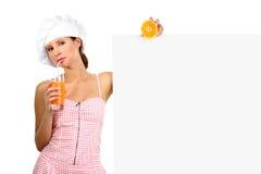 Zumo de naranja feliz de la bebida de la muchacha Fotografía de archivo libre de regalías