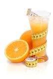 Zumo de naranja fresco con la cinta de medición Imagen de archivo
