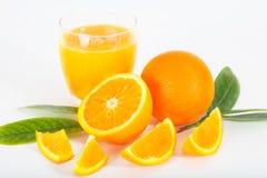 Zumo de naranja fresco con las frutas Fotos de archivo libres de regalías