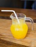 Zumo de naranja fresco en el tarro de cristal imagenes de archivo