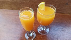Zumo de naranja fresco en el vidrio listo para beber imágenes de archivo libres de regalías