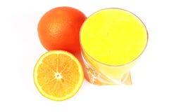 Zumo de naranja fresco en un vidrio Fotografía de archivo libre de regalías