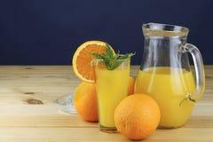 Zumo de naranja fresco nacional en un tarro de cristal Fotos de archivo