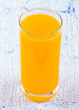Zumo de naranja natural en Imagen de archivo libre de regalías