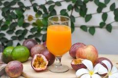 Zumo de naranja o jugo de la pasión Imagen de archivo