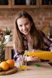 Zumo de naranja orgánico del vegano del niño vegetariano de la dieta Foto de archivo libre de regalías