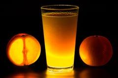 Zumo de naranja que brilla intensamente Imagen de archivo