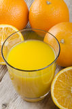 Zumo de naranja recientemente exprimido en un vidrio Foto de archivo libre de regalías