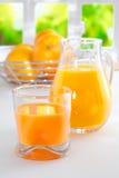 Zumo de naranja recientemente exprimido para el desayuno Fotografía de archivo libre de regalías
