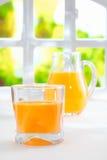 Zumo de naranja recientemente exprimido sano Fotos de archivo
