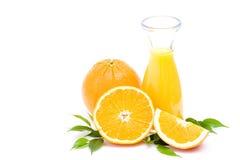 Zumo de naranja y algunas frutas frescas Foto de archivo libre de regalías