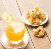 Zumo de naranja y cereales, galleta, bocado en fondo de madera de la tabla Foto de archivo