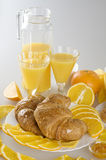 Zumo de naranja y desayuno de los croissants. Fotos de archivo libres de regalías