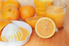 Zumo de naranja y exprimidor frescos Imagenes de archivo