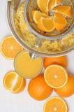 Zumo de naranja y juicer frescos Imágenes de archivo libres de regalías