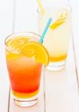 Zumo de naranja y limonada naturales de restauración Fotografía de archivo