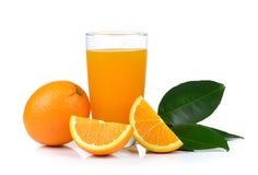 Zumo de naranja y naranja aislados en el fondo blanco Imagen de archivo libre de regalías