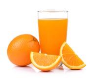 Zumo de naranja y naranja aislados en el fondo blanco Foto de archivo libre de regalías