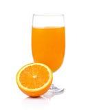 Zumo de naranja y naranja aislados en el fondo blanco Fotografía de archivo libre de regalías