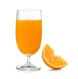 Zumo de naranja y naranja aislados en el fondo blanco Foto de archivo