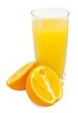 Zumo de naranja y rebanadas de naranja imagen de archivo