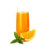 Zumo de naranja y rebanadas de naranja aislados Foto de archivo