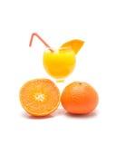 Zumo de naranja y rebanadas de naranja aislados Foto de archivo libre de regalías