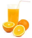 Zumo de naranja y rebanadas de naranja aislados en blanco Foto de archivo libre de regalías