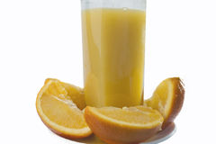 Zumo de naranja y rebanadas de naranja aislados en blanco Foto de archivo