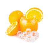 Zumo de naranja y rebanadas de naranja aislados en blanco Fotografía de archivo