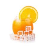Zumo de naranja y rebanadas de naranja aislados en blanco Imagen de archivo libre de regalías