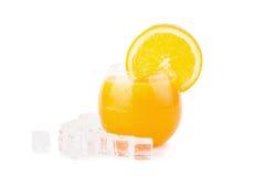 Zumo de naranja y rebanadas de naranja aislados en blanco Imagen de archivo