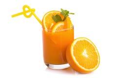 Zumo de naranja y rebanadas de naranja aislados en blanco Fotos de archivo