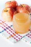 Zumo y frutas naturales de manzana Foto de archivo libre de regalías