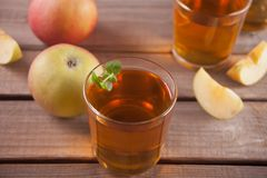 Zumo y manzanas de manzana en la tabla de madera Foco selectivo foto de archivo