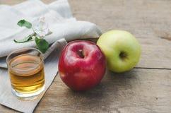 Zumo y manzanas de manzana rojos y verdes Imagenes de archivo