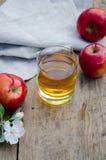 Zumo y manzanas de manzana rojos y verdes en una tabla de madera Imágenes de archivo libres de regalías