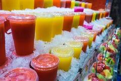 Zumos de fruta del mercado Imagen de archivo