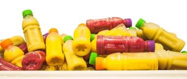 Zumos de fruta fríos orgánicos en botellas plásticas Imágenes de archivo libres de regalías