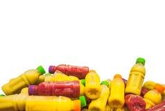 Zumos de fruta fríos orgánicos en botellas plásticas Fotos de archivo libres de regalías