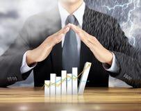 Zunehmendes Diagramm der Geschäftsmannhandabdeckung mit Regengewitterhintergrund lizenzfreie stockfotografie