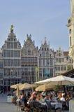 Zunfthäuser mit getretenen Giebeln und dem Brabo-Brunnen, Antwerpen, Belgien Stockfoto