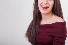 Zunge hinausgegangener Mund der schönen Frau Lizenzfreie Stockfotos