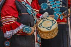 Zuni Indiańskie sztuki bębnią w ceremonii w Gallup, Nowy Mexico, Lipiec 21, 2016 - rzędu Centrum plac - Mexico Gallup, Nowy - Fotografia Stock