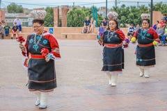Zuni indianin, osady kobiety równowagi puszkuje na jej głowie w ceremonii w Gallup, Nowego rzędu Centrum plac - Mexico, Lipiec 21 Obraz Stock