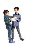 Zupacken und Wettbewerb mit zwei Jungen, Tablettengerät zu erhalten stockfotografie